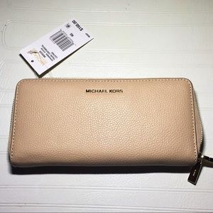 NWT Michael Kors Multi-pocket Mercer Zip Wallet